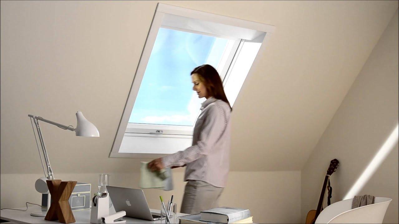 bedienung und reinigung von fliegengitter f r dachfenster als rollo youtube. Black Bedroom Furniture Sets. Home Design Ideas