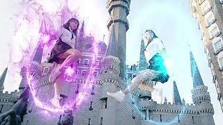 女孩来到了一个魔法学校,发现同学们都会魔法,一部奇幻爱情电影
