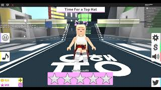 playing a fashion famous ROBLOX time