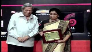 Asha Bhosle recieves Chevrolet Global Indian Music Awards