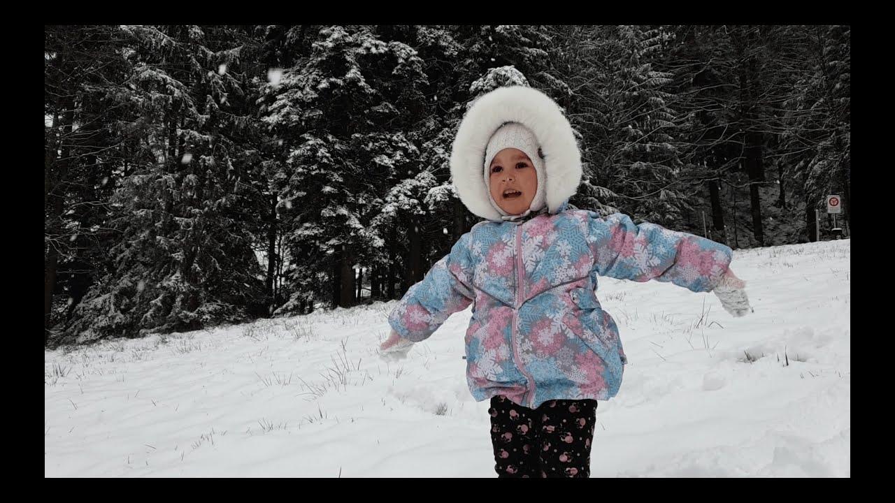 First time Milana saw the snow in Switzerland./Primera nieve en la vida de Milana en Suiza.
