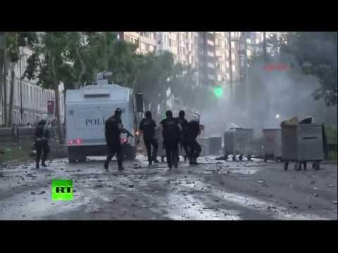 Второй день беспорядков в Турции: полиция использует водометы