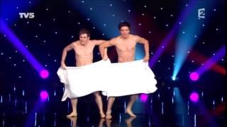 Vui nhộn cặp đôi khỏa thân che khăn nhảy múa   HD
