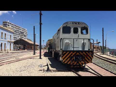 Tren Limón Express FGV circulando en la estación de La Marina.