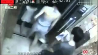 Repeat youtube video Mujer es manoseada y su hija le ayuda a defenderse del pervertido