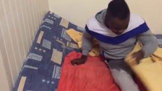 Kazama Lada pointi fait pipi au lit