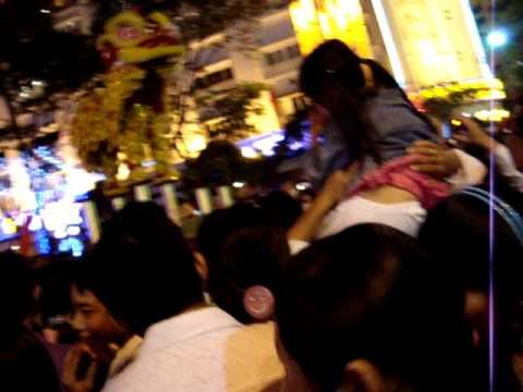Múa lân tại hội hoa Xuân Kỷ Sửu.Khánh Linh lì xì cho đội lân (21h08-26/01/2009).