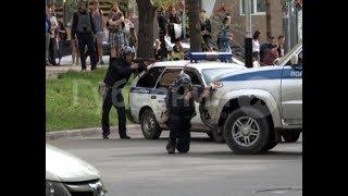 Сотрудники Росгвардии блокировали выход из оружейного магазина в Хабаровске. MestoproTV