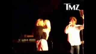 Charlize Theron besa mujer por $ 140 mil como premio subasta de caridad