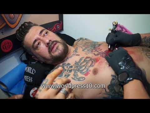 Toni Moog tatuándose en la Barcelona Tattoo Expo