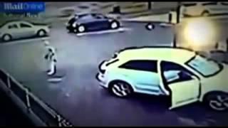 امرأة تضرب لصاً كان يسرق سيارتها!