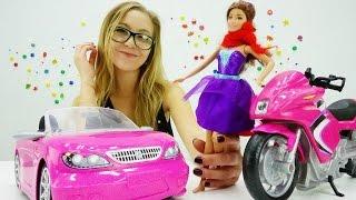 Кукла Барби выбирает между машиной и мотоциклом
