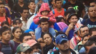 ENTRE GRITOS, EMPUJONES Y BALAZOS AL AIRE LLEGA A MÉXICO LA CARAVANA MIGRANTE CENTROAMERICANA