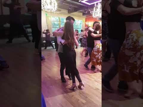 Pareja de tango, pasos  de tango argentino para bailar en la milonga. Buenos Aires