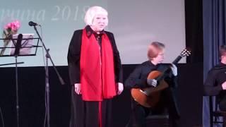 Светлана Крючкова поет песню про войну. Сын аккампанирует на гитаре
