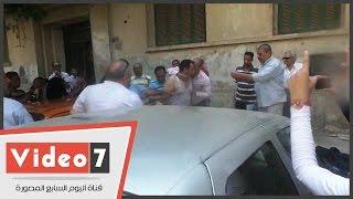 عامل يحاول حرق نفسه أمام مجلس الوزراء احتجاجا على فصله