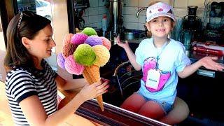 Алина и мама играют в магазин пончиков Pretend play selling donats