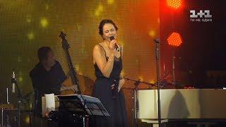 Дружина мера Києва дала сольний концерт на даху ЦУМу