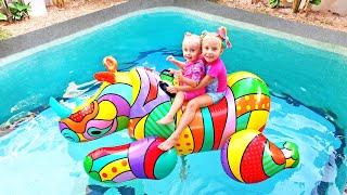 Ева и Алиса - истории в бассейне с игрушками для детей