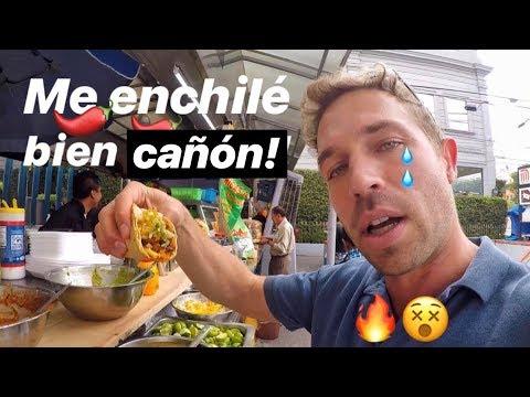 Gringo Probando Comida Callejera Mexicana