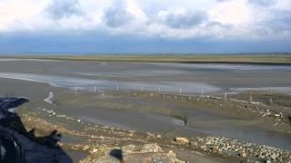 Прилив в Le Mont-Saint-Michel, Франция(Видно как начинает прибывать вода в проливе Ла-Манш возле аббатства Мон-Сен-Мишель во Франции. Видео снято..., 2014-04-29T20:08:42.000Z)