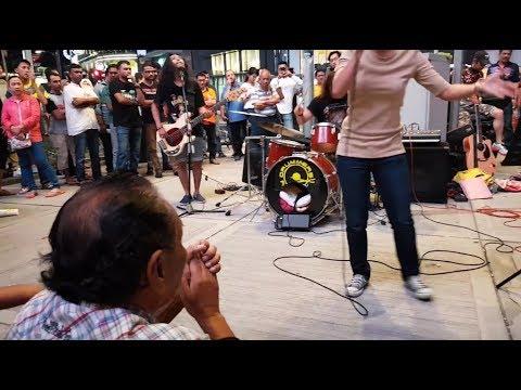 KESAL-Awek suara mantap feat Sentuhan buskers cover Ella,terpegun penonton