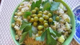 Рыбный салат из консервов (скумбрия) с соленым огурчиком и горошком.