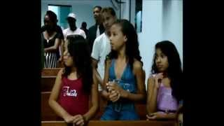 Mendigo bêbado canta na igreja