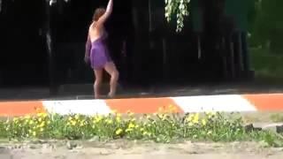 Пьяная девушка без трусов занимается гимнастикой