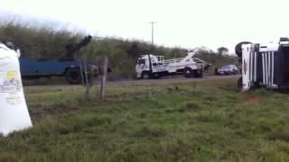 Guinchos destombando carreta em Anhumas-SP
