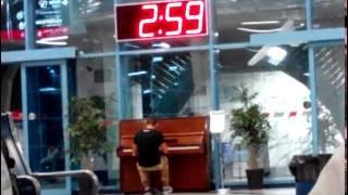 Красиво играет парень на вокзале в Ростове