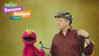 Pablo Ramirez y Elmo les encantan la bicicleta