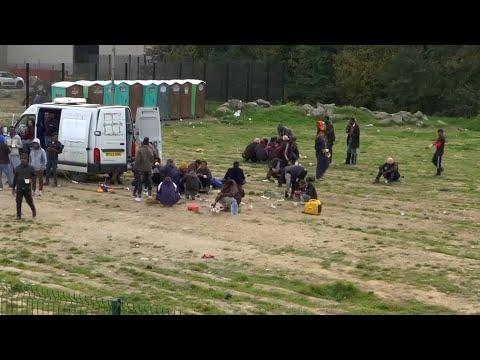 """Calais : un an après le démantèlement de la """"Jungle"""", les migrants sont toujours là"""