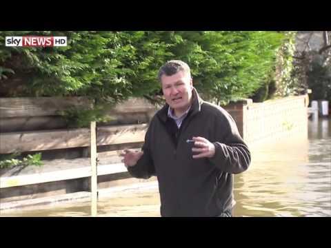 River Thames Floods Homes In 'Major Incident'