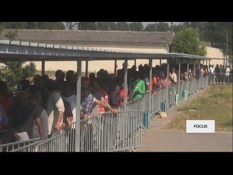 """Dans la """"jungle"""" de Calais, où les migrants continuent de s'entasser"""