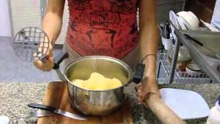Как приготовить картофельное пюре(Как приготовить картофельное пюре, видео урок., 2012-11-15T14:42:35.000Z)