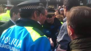 Vint-i-dos policies per detenir un venedor d'avions de paper thumbnail