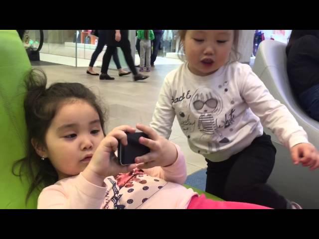Теперь люди делятся на двоих,те которые постоянно в телефоне и те,которым скучно,не с кем поиграть(