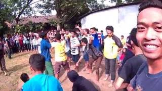 Penonton, pemain makan beling manjat pohon, polisi kesurupan Kuda Lumping Kelurahan Sumurboto 10