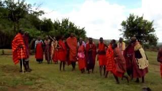 マサイ族の村を訪問した時にご披露頂いたマサイの戦士のダンス(?)です.
