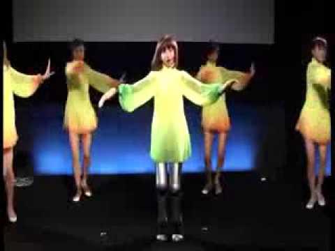 Mujer robot baila y canta