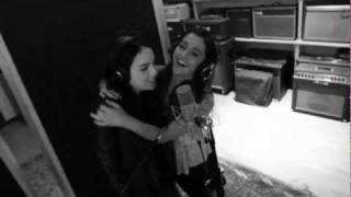 Ariana Grande & Elizabeth Gillies - Chestnuts Roasting On An Open Fire