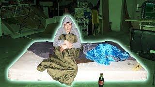 1 Nacht auf einem VERLASSENEN DACHBODEN schlafen! 😳 (gruselig)