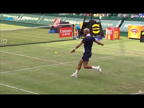 Pierde la raqueta y se pone a jugar con los pies al tenis