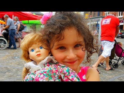 фарфоровая кукла на банкетке