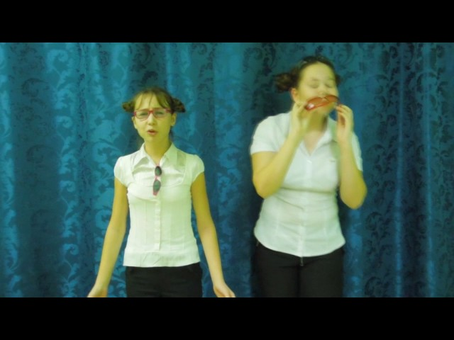 Изображение предпросмотра прочтения – «Подружки» читают произведение «Мартышка и очки» И.А.Крылова