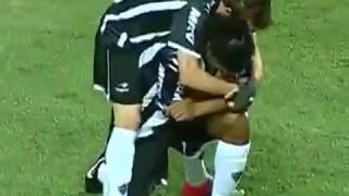 Супер гол Роналдиньо : он посвятил этот гол своему отцу ...