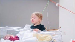 Liv let op haar zieke baby zusje in het ziekenhuis - VLOG #83