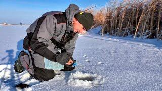 Первый лёд долгожданный и морозный Зимняя рыбалка Ловля окуня