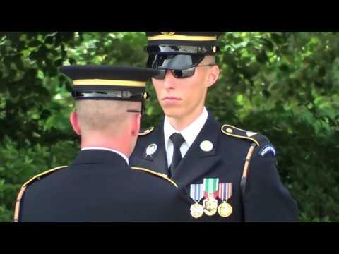 Cambio della guardia al cimitero di Arlington - Washington